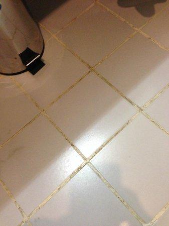 Savoy Central Hotel Apartments : Bathroom floor