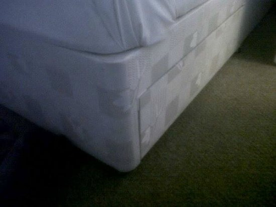 Lindene Hotel: the bed base looks brand new