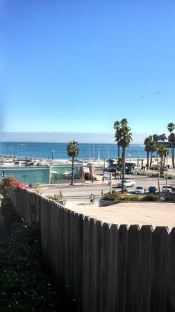 Beach Street Inn and Suites : looking toward pier from parking lot