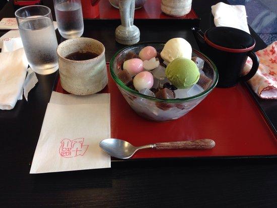 Toshimayakaryo Hatokoji: 中にあんこがたっぷり入ったクリームあんみつ