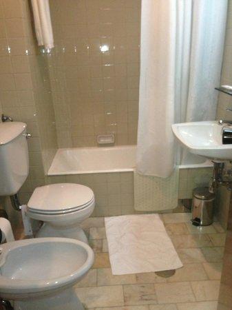 BEST WESTERN Hotel Inca: baño anticuado