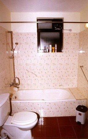 Willows Elite Resort : King Room Washroom with Bath Tub