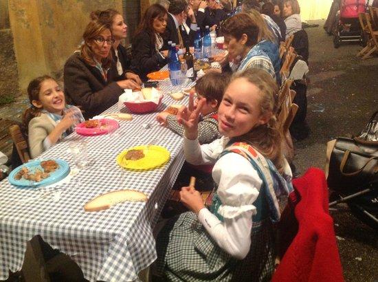 Piazza del Mercato: детей здесь много несмотря на поздний час