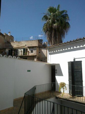 Central Palma Hostel: Way from my room to the nearest bathroom through a balcony