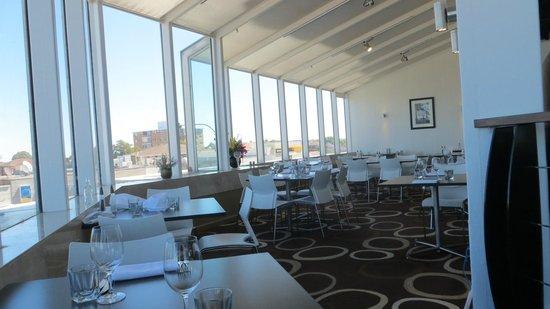 Novotel Sydney Brighton Beach: Breakfast Area overlooking the water