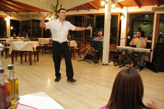 Alianthos Beach Hotel: Nikos van de eetzaal doet gezellig mee