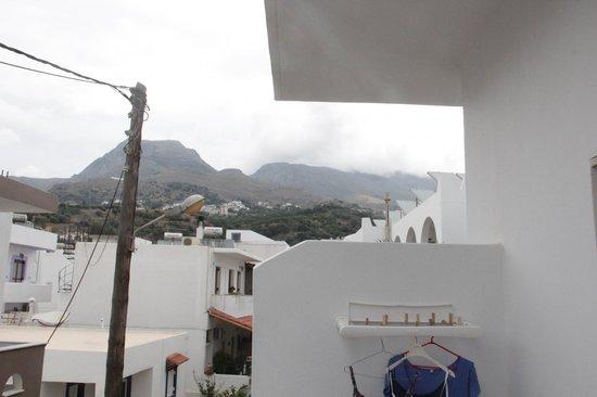 Alianthos Beach Hotel: Uitzicht vanaf onze kamer naar achteren