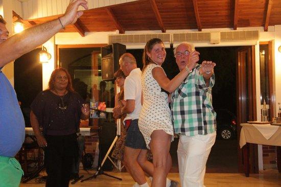 Alianthos Beach Hotel: Herman aan de griekse dans met een andere gaste