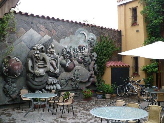 Villa Vicuna: Mural in the hotel patio area
