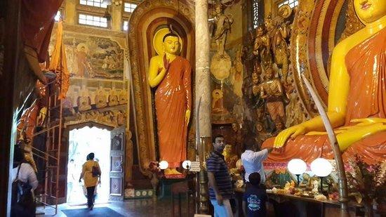 Isipathanaramaya Buddhist Temple: inside the prayer room
