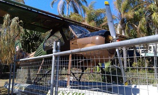 Gatakers Landing Restaurant: An old plane on display