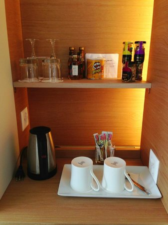 Hotel N'vY: Coffee and minibar