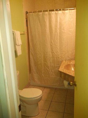 Studio 6 Aberdeen, MD: Decent sized bathroom