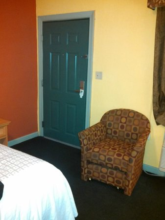 Studio 6 Aberdeen, MD : Chair and ottoman