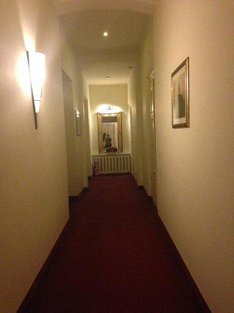 Fortuna Hotel: Pasillo del bajo