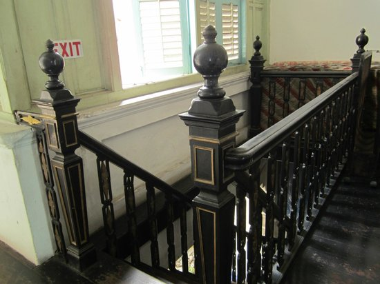 Eastern Heritage Guest House: The stairs from the second floor