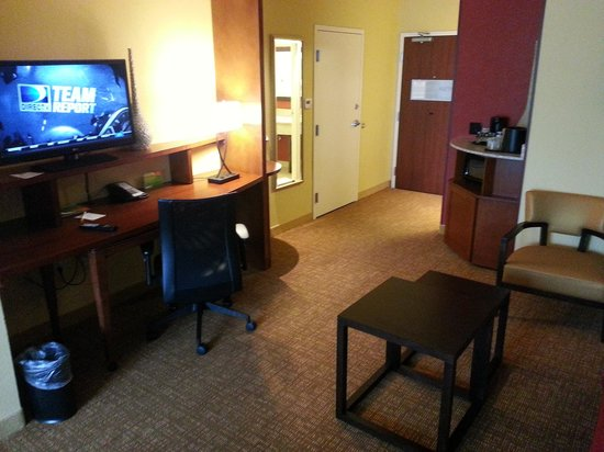 Courtyard Evansville East: Sweet suite.