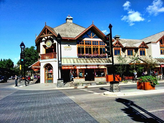 Buffaloberry Bed and Breakfast: Banff, the main street