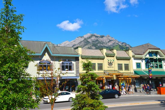 Buffaloberry Bed and Breakfast : Banff, the main street
