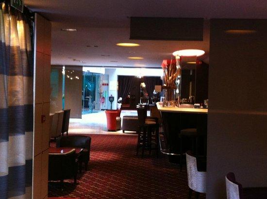 Hostellerie des Châteaux & Spa : Vue depuis le bar sur l'entrée