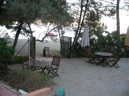 Hotel Club Els Pins: Dining area yards from sea