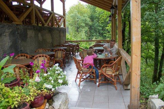 Hotel Ravnjak: Летняя терраса