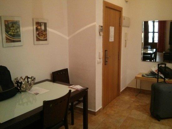Apartamentos Living Valencia : Recibidor de la entrada