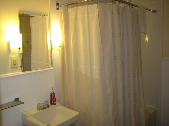 Colonial Motel : Extremely clean (and Huge) bathroom