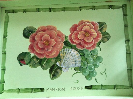 Mansion House: Lovely tray on bed with artwork that depicts the Island feel.