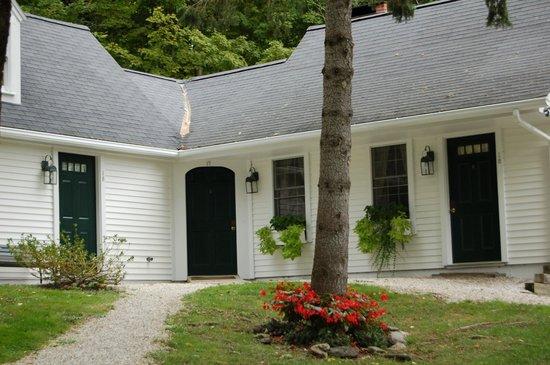 Garden Gables Inn: Cottage outside the main building