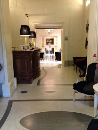 Hotel Alpi: hotel lobby and front desk