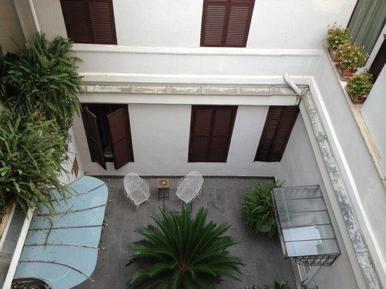 Hotel Alpi: cute little courtyard on 2nd floor
