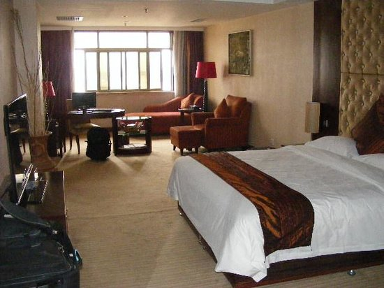 Merlinhod Hotel: Large old room