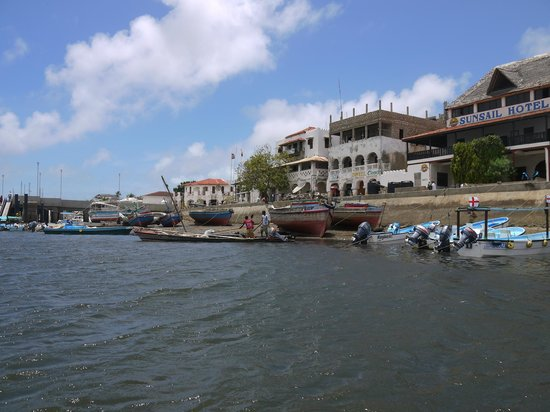 Yumbe House Lodge: Lamu village, as our dhow is leaving for Manda Island
