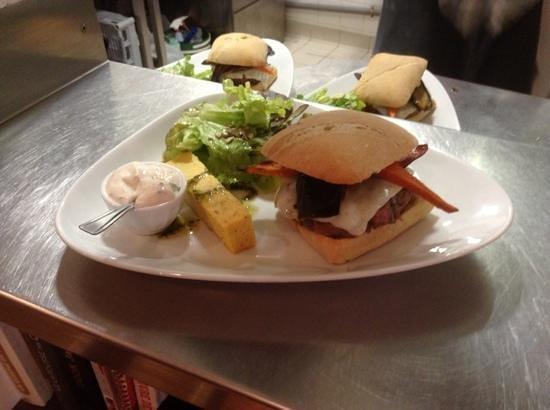 L'Atelier du dejeuner : burger de l'atelier....