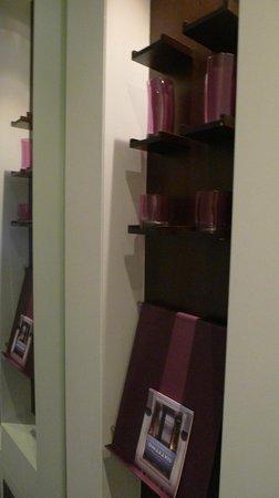 Sixtytwo Hotel: Porta copo e revista no quarto