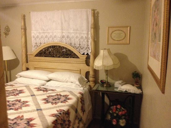 Rose Walk Inn: queen room