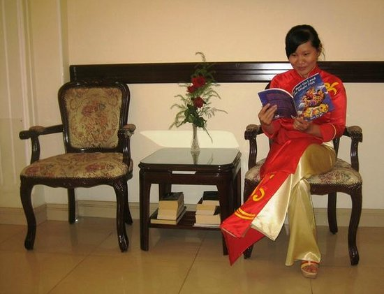Beautiful Saigon Hotel: Receptionist reading in the lobby.