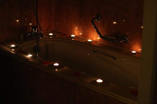 Sofitel Marrakech Lounge and Spa: Romantic Bathroom (rose petals and candles!).