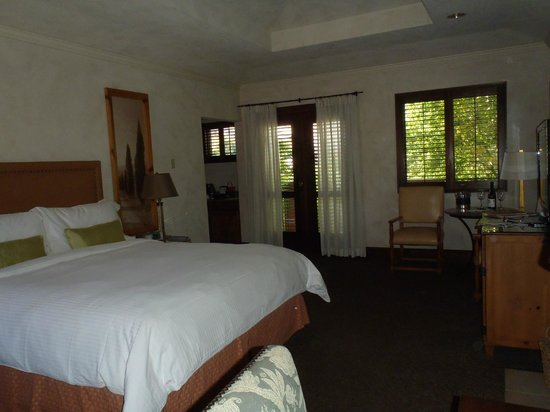 Villagio Inn and Spa : King bed room with french doors to patio