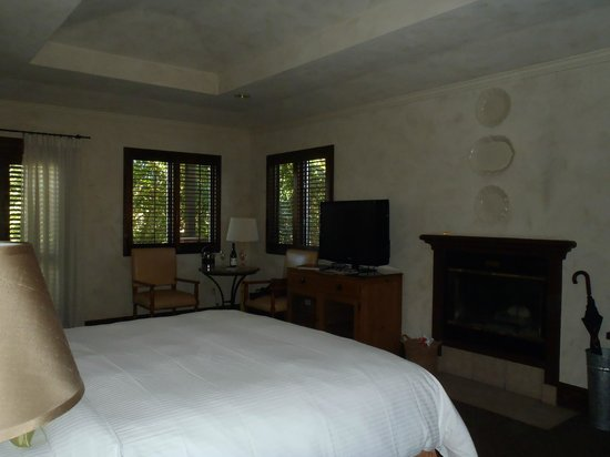 Villagio Inn and Spa: Large room with fireplace