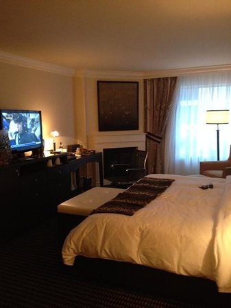 Le St-Martin Hotel Particulier Montreal: Beautiful bedroom area in Grand Lux room