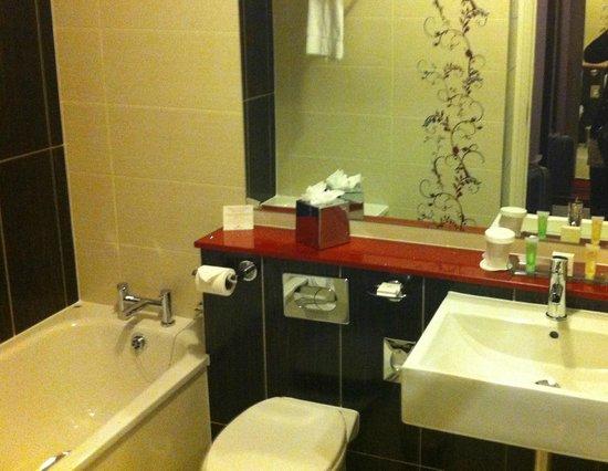 Crowne Plaza Hotel Dublin Airport: salle de bain