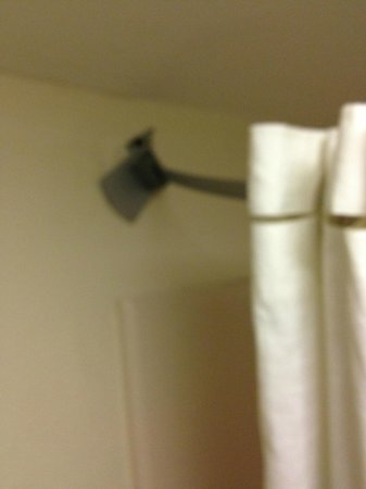 Econo Lodge Dalton: Shower curtain rod pulled away from wall