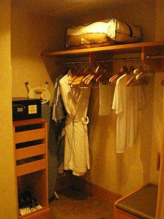Makati Shangri-La Manila: Walk-In Closet