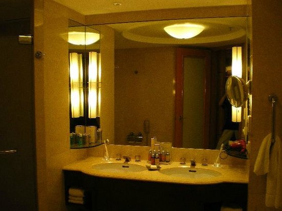 Makati Shangri-La Manila: Bathroom Sinks & Mirror