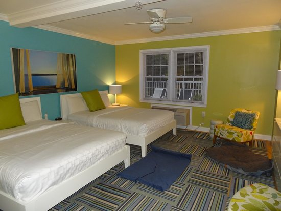 Canalside Inn: Comfortable with room for dog beds.