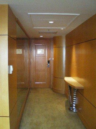 Makati Shangri-La Manila: Suite Entrance Hallway