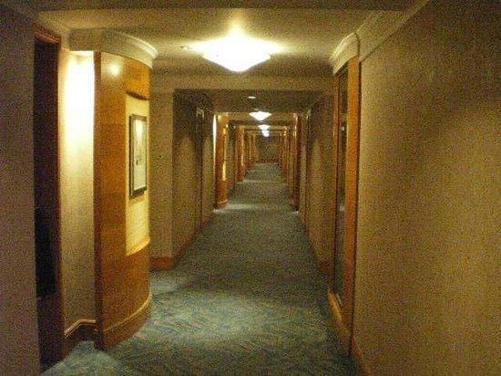Makati Shangri-La Manila: Hallway 1