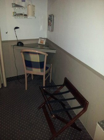 Kyriad Nimes Centre : Desk area in Room - Television is above